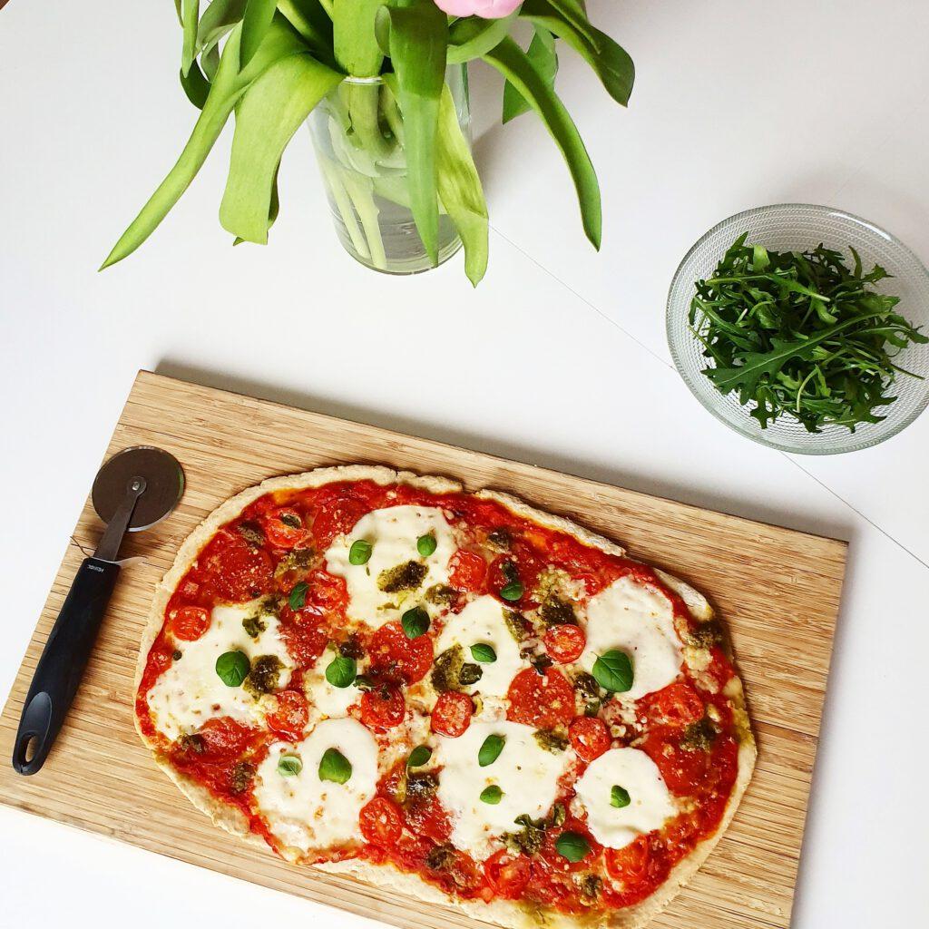 Pepperoni-mozzarella pizza